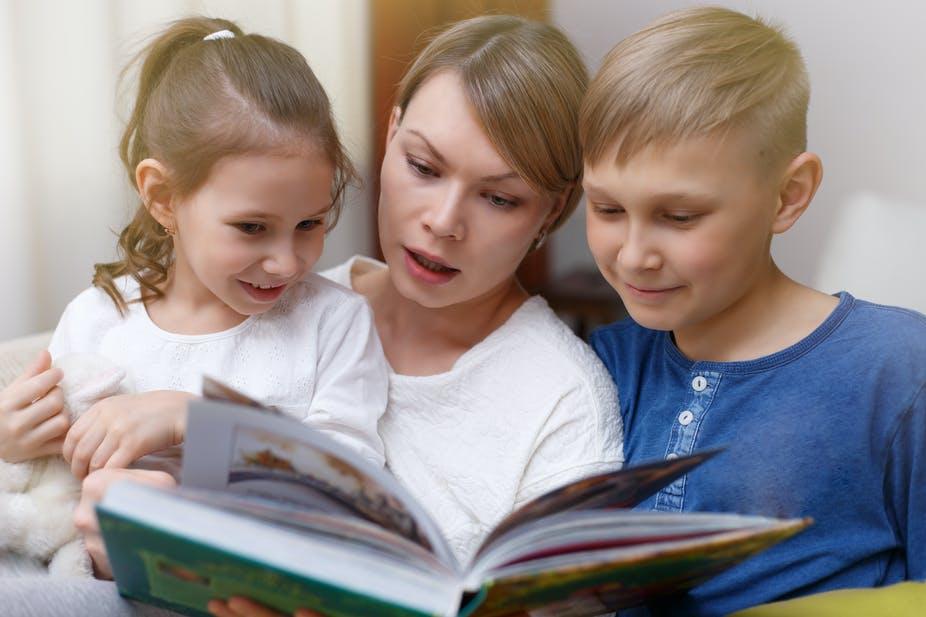діти читають книгу